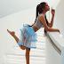 इस मॉडल ने बीच पर दिए बेहद सेक्सी बिकिनी पोज़, हिप्स दिखाने के लिए उठा दी स्कर्ट