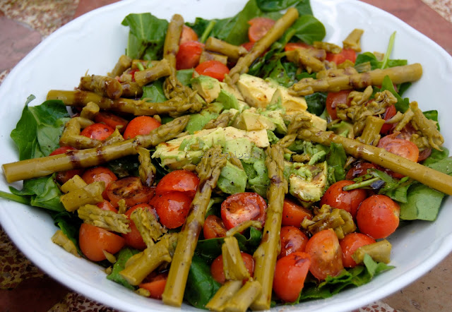 Ensalada de Espinacas, Aguacates, Tomates Cherry y Espárragos Verdes