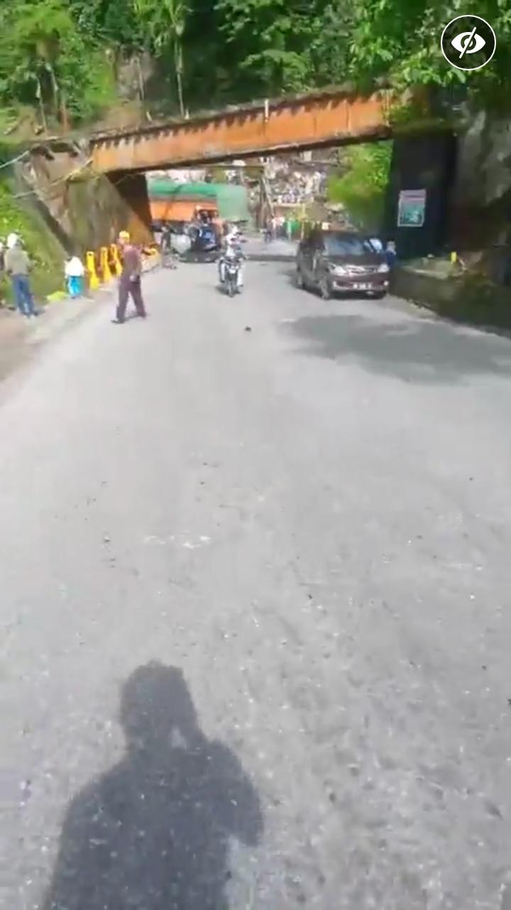 Kecelakan Beruntun Terjadi DI Lembah Anai Tanah Datar Sumatera Barat, Sejumlah Kendaran Hancur DI Seret Truck
