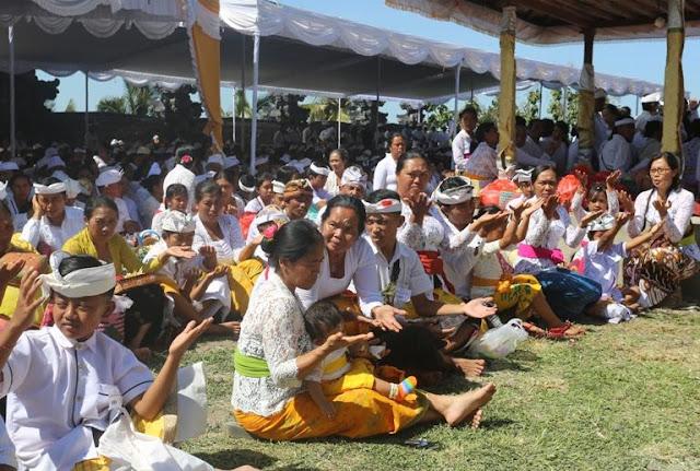 1281 Orang Ikuti Sapu Leger di Pura Luhur Pucak Padang Dawa