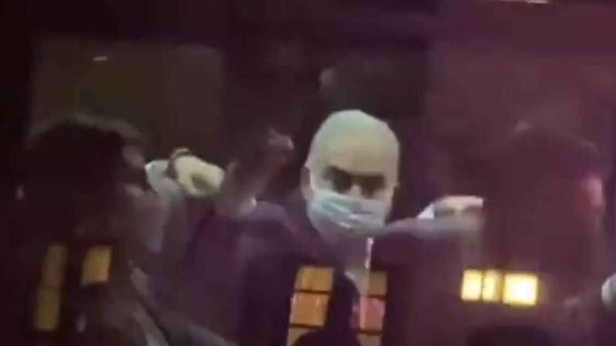 Queiroga faz gestos obscenos a manifestantes em Nova York
