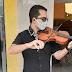 Jovem músico ganha a vida tocando violino no centro de Belo Jardim