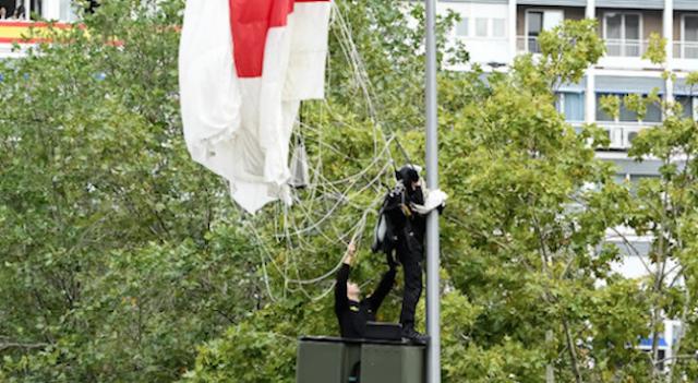 Парашутист се оплете в стълб на националния празник на Испания (ВИДЕО)