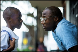 Barry Jenkins dirige a Alex R. Hibbert en el set de Moonlight