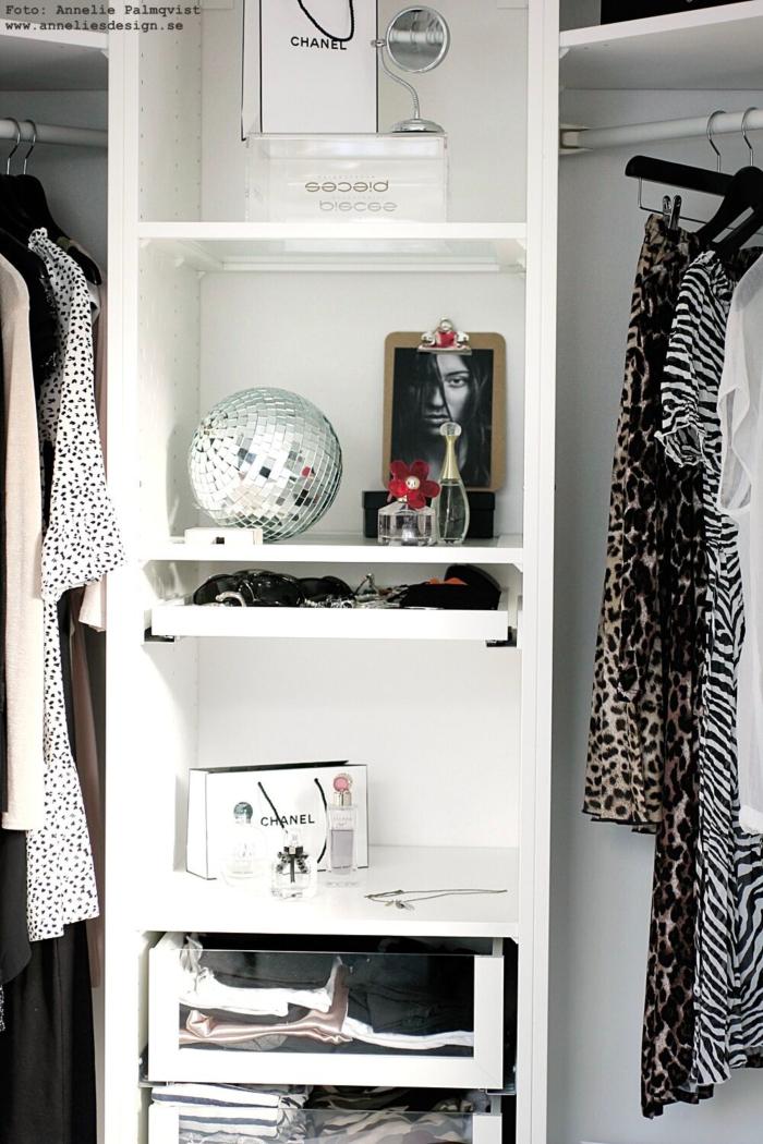 annelies design, webbutik, webbutiker, webshop, walk in closet, ljusskylt, skylt, skyltar, dekoration, svartvit, svartvita, svart och vitt, kläder, garderob, garderober, öppen garderob, modellbild, nätbutik,