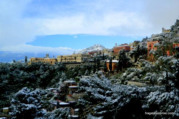 A cidade de Taormina, Sicília, coberta pela neve