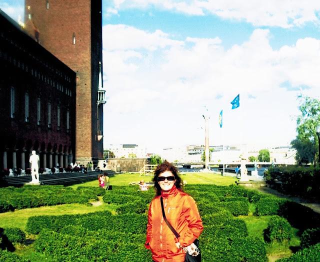 Donna con giacca rossa a Stoccolma