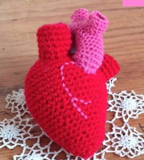 http://translate.google.es/translate?hl=es&sl=en&tl=es&u=http%3A%2F%2Flabeletterose.blogspot.fr%2F2014%2F01%2Fvalentine-crochet-diy-here-is-my-heart.html