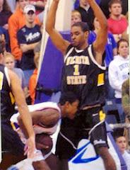 smešna slika: košarkaš ujeda protivnika