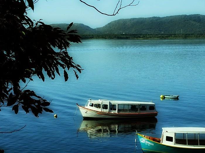 Pequenas embarcações na Costa da Lagoa, Florianópolis