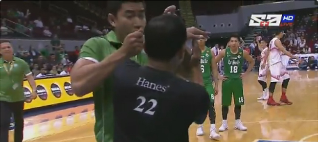 DLSU coach Aldin Ayo EJECTED After Trying To Give Referee Eyeglasses (VIDEO)