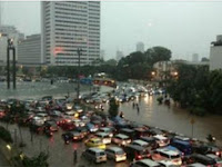 Sejam Diguyur Hujan, Monas Hingga Bundaran HI Tergenang Air