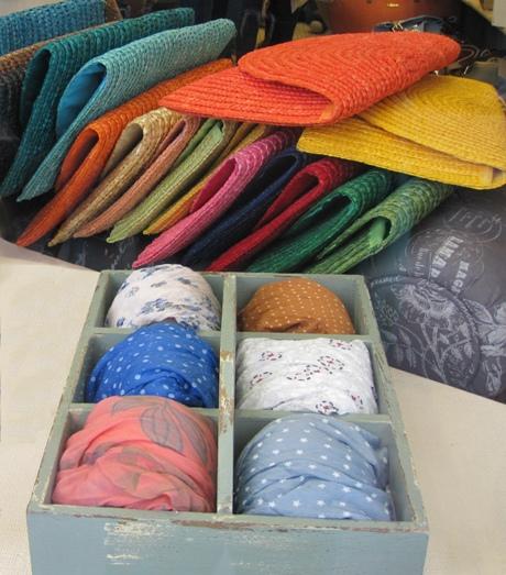 Carteras de mano rafia y fulares seda y algodón, distintos estampados