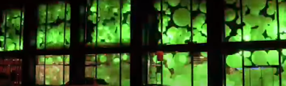 10000 leuchtende luftballons als event in einem gebäude.