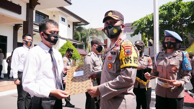 Kapolres Wonogiri Beri Penghargaan kepada Anggota Berprestasi
