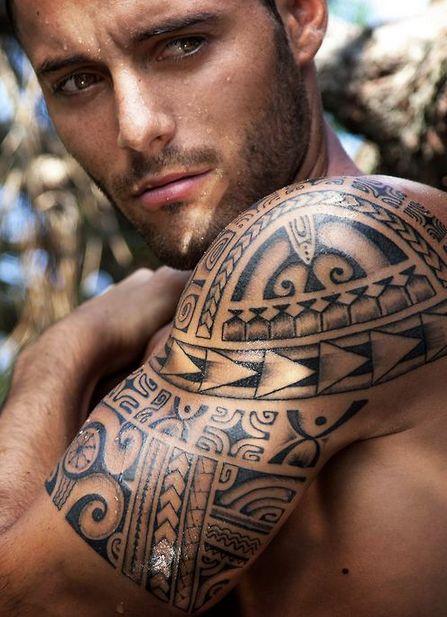 Vemos a un modelo sudando, lleva tatuaje maori en el brazo