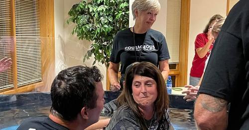 Mulher paralítica há 15 anos é curada em culto, aceita Jesus e é batizada