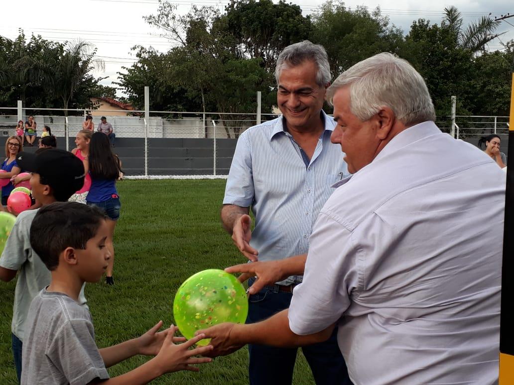Prefeitura entrega presentes de Natal para as crianças de Cajobi