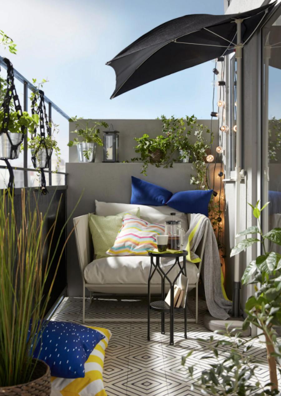 Balcón pequeño con sombrilla