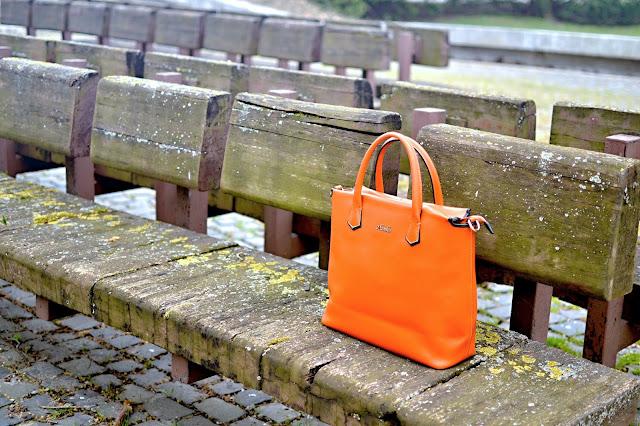 9 MOŽNOSTÍ AKO ZATRAKTÍVNIŤ VAŠU BIELU KOŠEĽU_Katharine-fashion is beautiful_Oranžová kabelka_Biela košeľa_Čierna blúzka_Katarína Jakubčová_Fashion blogger