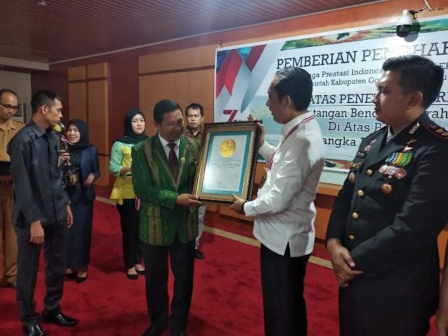 Bupati OKU Selatan Terima Penghargaan dari Lembaga Prestasi Indonesia Dunia