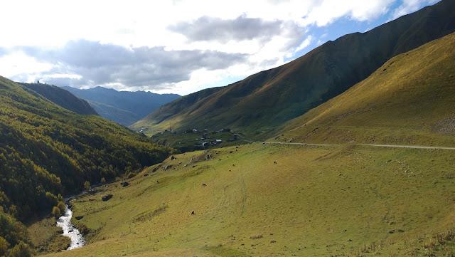 Спуск с перевала Загар в Ушгули