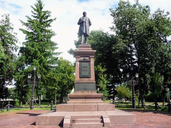 Сумы. Памятник И. Г. Харитоненко в одноимённом сквере