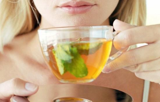 Uống trà nóng chữa bệnh viêm họng