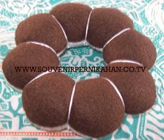 souvenir pernikahan kain flanel berbentuk kue donat besar