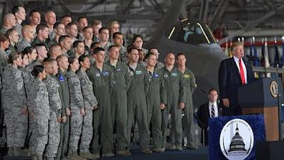 ترامب يتفقد القوات الجوية الأمريكية