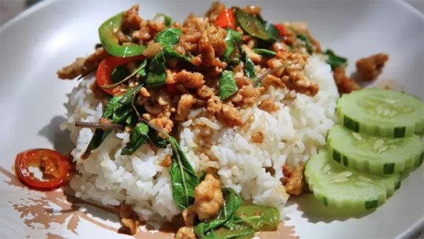 去泰國必吃的十道菜!油炸羅勒豬肉(打拋豬肉)