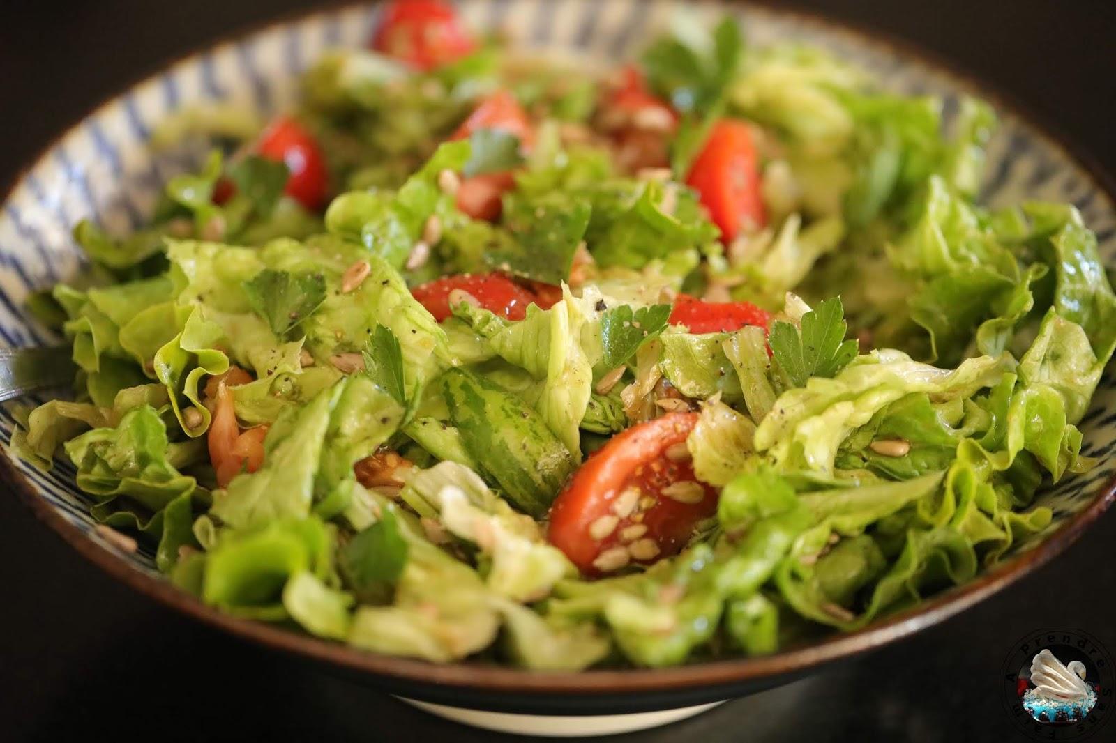 Salade de laitue aux tomates et graines de tournesol