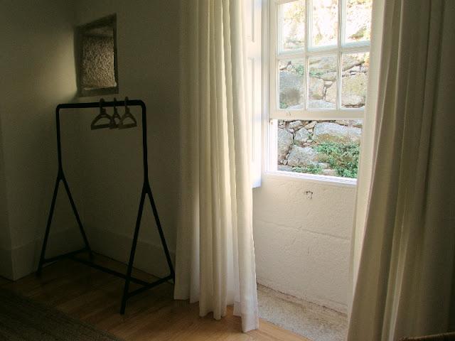 janela aberta e porta cabides