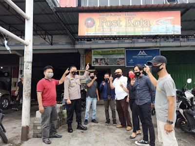 Kabid Humas Polda NTB bersama Kru Media Online Post Kota NTB saat foto bersama di depan kantor