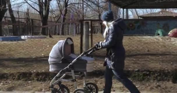 Похоронила с коляской: мать гуляла с мертвым ребенком для отвода глаз