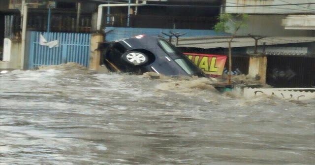 Layaknya Tsunami, Ngeri Seperti Ini Detik-Detik Banjir di Bandung