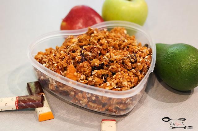 śniadania, fit śniadanie, domowa granola, granola z masłem orzechowym, płatki owsiane, żurawina, orzechy włoskie, masło orzechowe, granola z orzechami, granola z owocami, granola z suszonymi morelami