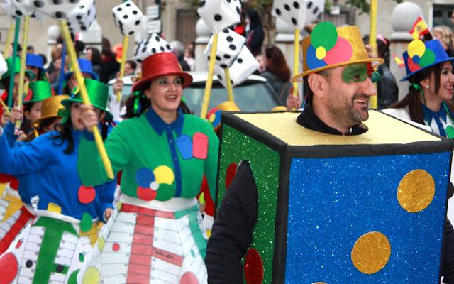Parte de los componentes de la comparsa ganadora: este es nuestro parchis, de los Carnavales de Illescas. IMAGEN COMUNICACION ILLESCAS