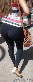 Linda rubia buen trasero usando leggins negros
