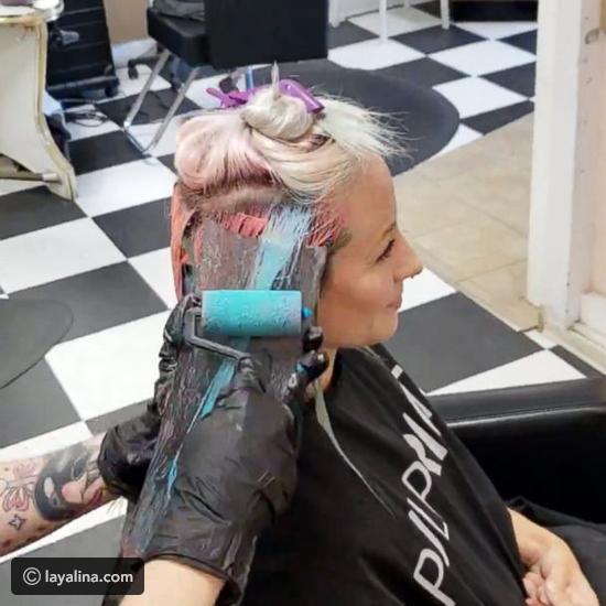 فيديو مصففة شعر تبتكر أسهل طريقة لكي تصبغ شعر النساء: بكرة الدهان