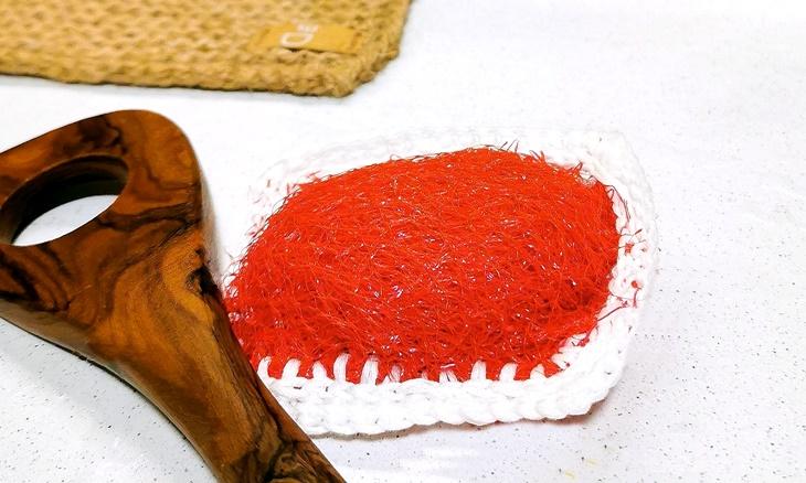 roter Spülschwamm aus Obstnetz gemacht  - vonKarin Upcycling