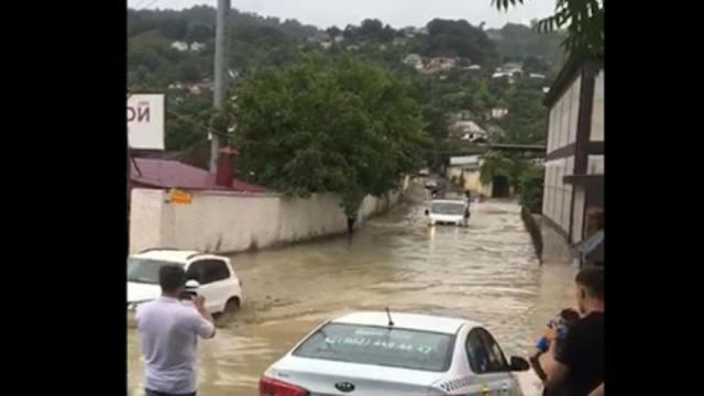 В Сочи после шторма затоплены улицы и повалены деревья