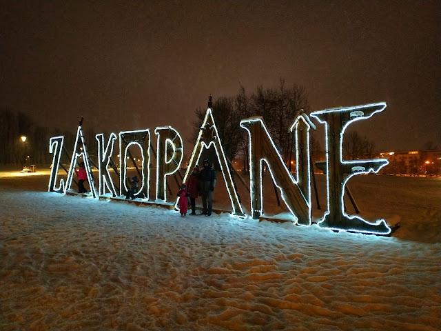 napis Zakopane w centrum miasta, góry zimą, Podhale