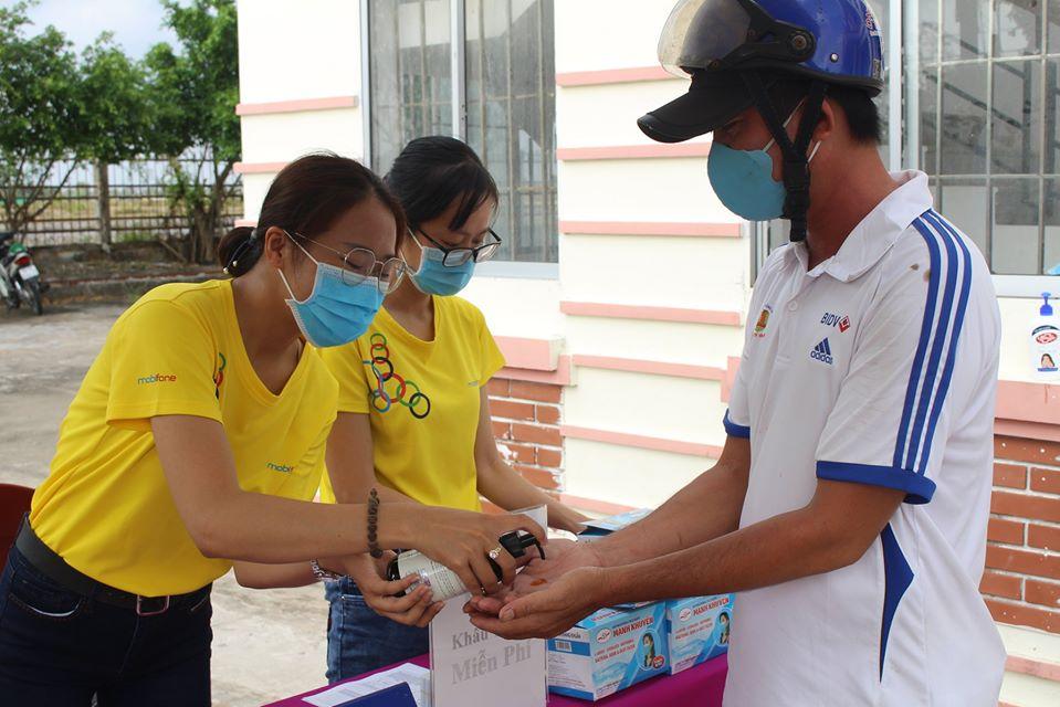 Mobifone Bạc Liêu trao tặng 150 thùng nước cho bà con vượt qua hạn mặn xã Phong Thạnh