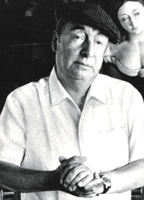 Foto de Pablo Neruda con gorro y camisa