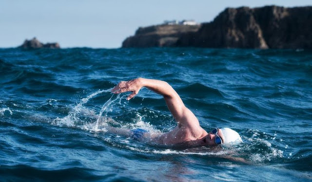makna mimpi berenang di laut sampai menyelam lengkap