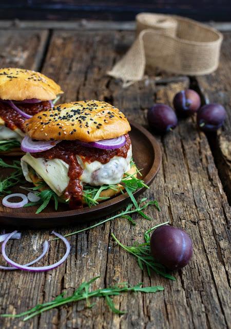 Burger mit Zwetschgen-Ketchup, Camembert und Rucola