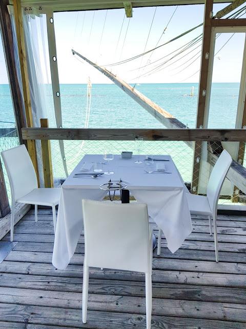 Interno e vista del ristorante del trabocco di Punta Rocciosa-Fossacesia