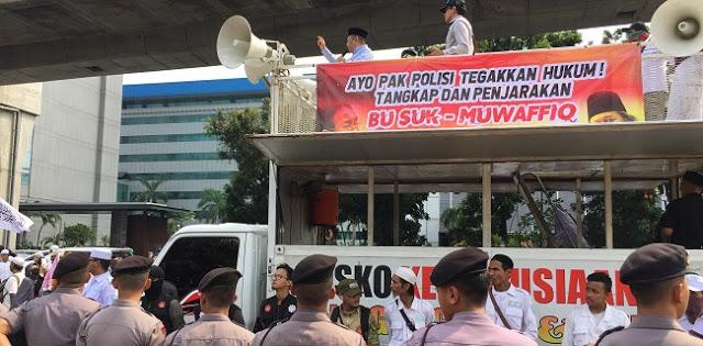 Massa PA 212 Datangi Mabes Tuntut Sukmawati Dan Gus Muwafiq Dipidana