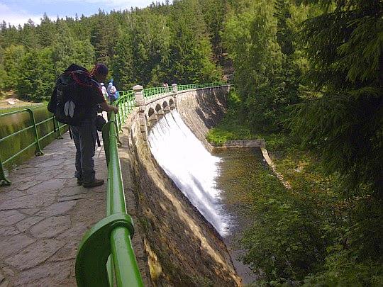 Wodospad Łomnicy na sztucznej zaporze.